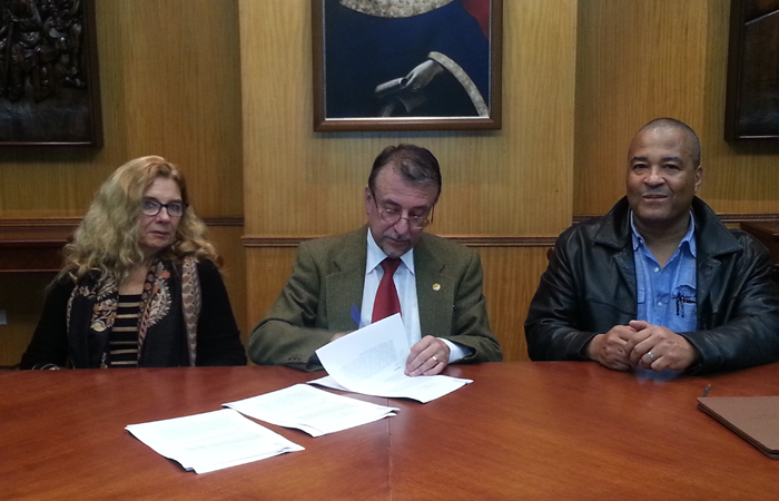 Catherine Walsh, director of the Ph.D. program in Latin American Cultural Studies at Universidad Andina Simon Bolivar (left); Enrique Ayala Mora (center), provost of the Universidad Andina Simon Bolivar; and Jean M. Rahier (left) sign the memorandum of understanding.