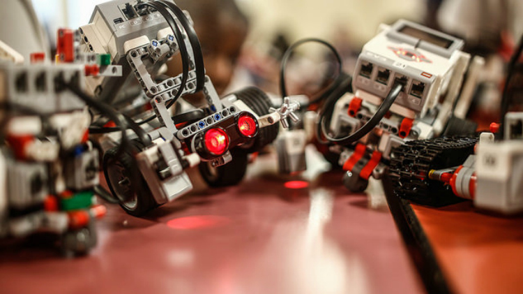 Using Lego robots to introduce STEM  to middle school students